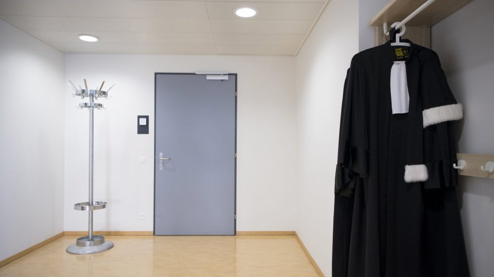 L'audience du Tribunal régional a été très courte pour le procureur général, le prévenu et son avocat.