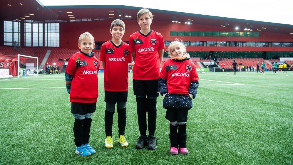 Ethan, 6 ans, Nola et Nicola, tous deux 12 ans, et Clémentine, 7 ans, ont accompagné les joueurs sur le terrain.