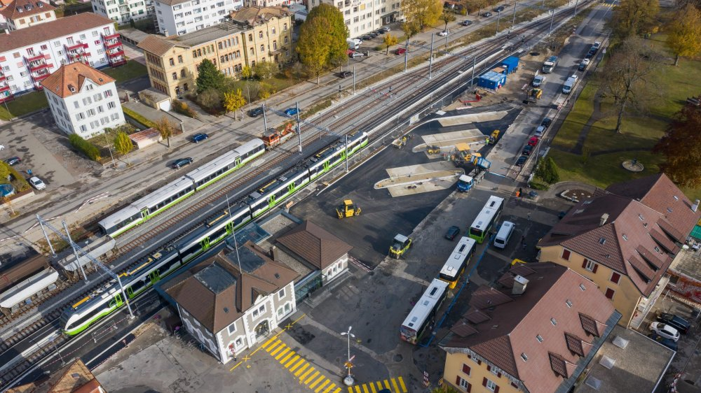 La place de la Gare perdrait une partie de ses places de parc, transférées après la gare routière en travaux.