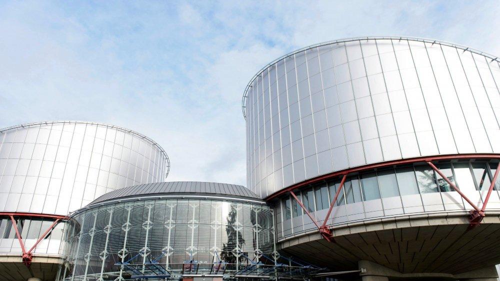 Les «juges étrangers» visés par le texte de l'UDC sont les 47 juges des pays ayant ratifié la Convention européenne des droits de l'homme et siégeant à la Cour du même nom, à Strasbourg.