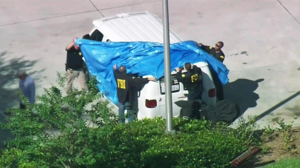 La camionnette suspecte, hier, bâchée par la police.