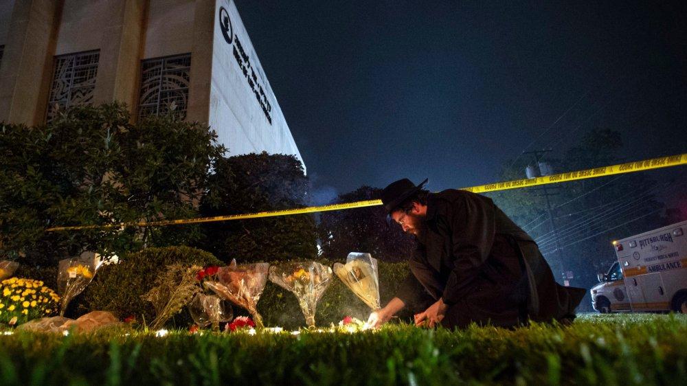 L'attentat de samedi a tué onze fidèles. Le soir même, des milliers de personnes se sont rassemblées dans les rues de Pittsburgh pour une veillée aux chandelles.