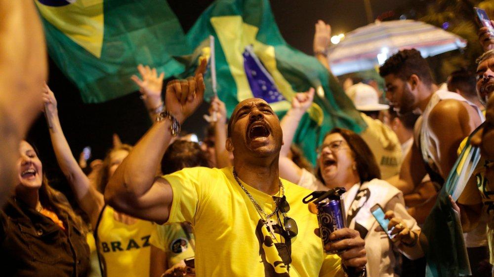 Les supporters de Jair Bolsonaro jubilent: leur candidat devrait pouvoir imposer un virage radical au Brésil.