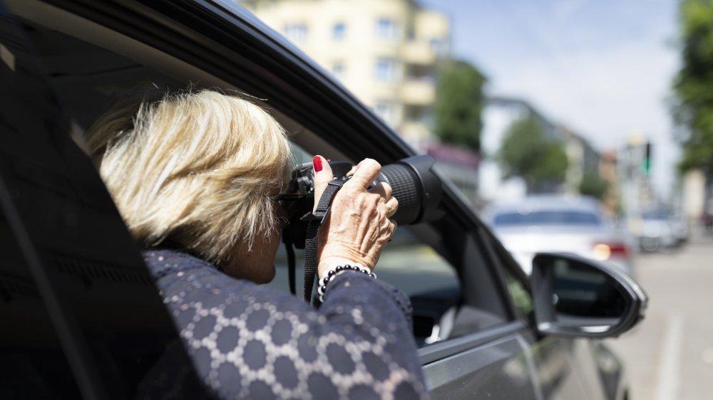 Les partisans de la surveillance des assurés entendent autoriser, en dernier recours, des détectives à épier des personnes soupçonnées de percevoir indûment des prestations d'assurances sociales.