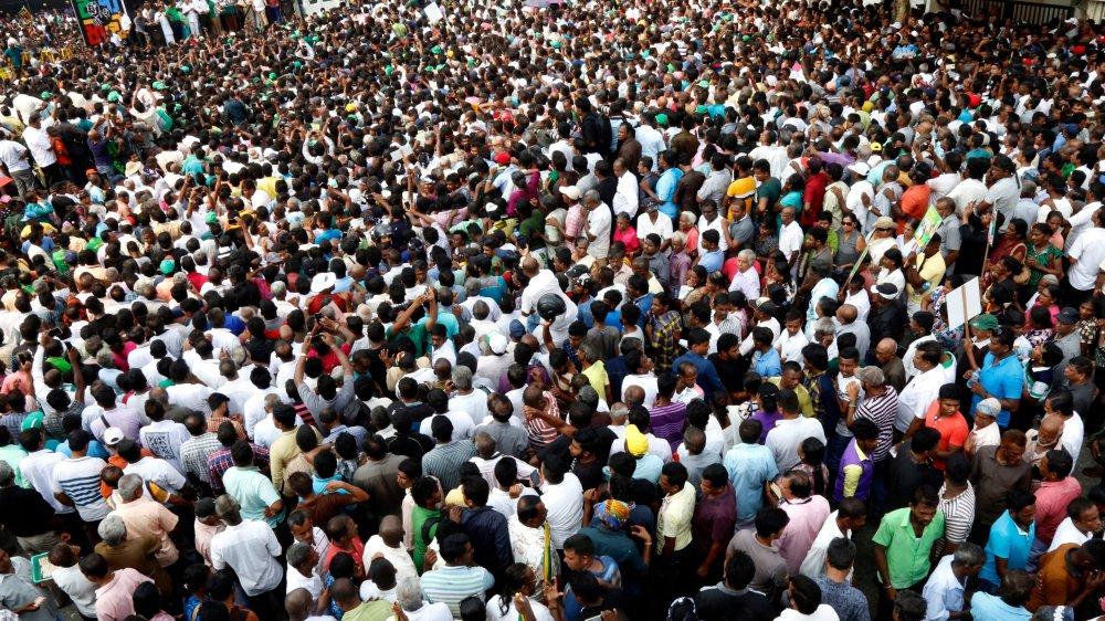 Des milliers de manifestants se sont réunis hier en soutien au premier ministre limogé, Ranil Wickremesinghe, devant sa résidence de fonction, à Colombo. Ils ont ainsi bloqué des axes routiers clés de la ville.