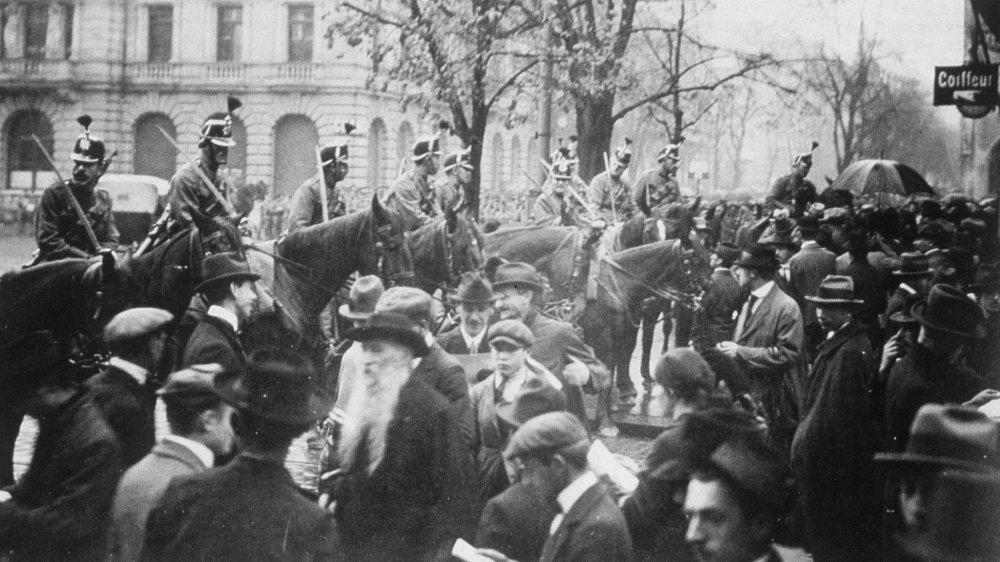 En novembre1918, sur la Paradeplatz, à Zurich, l'armée est mobilisée pour faire face à la grève générale.