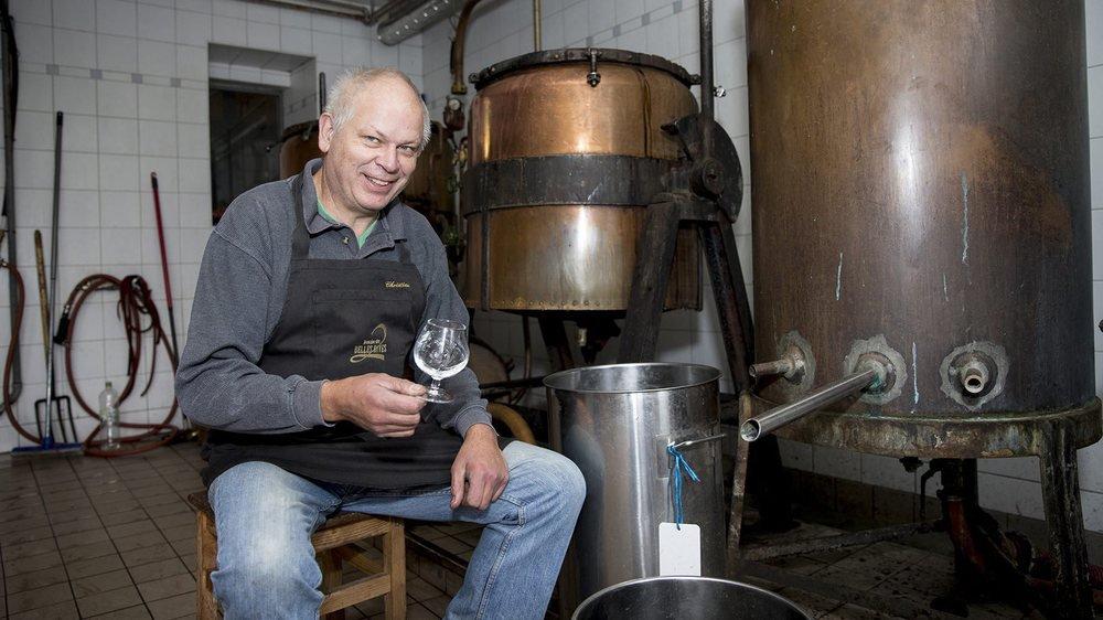 Le distillateur landeronnais Christian Frochaux aux côtés de ses alambics.