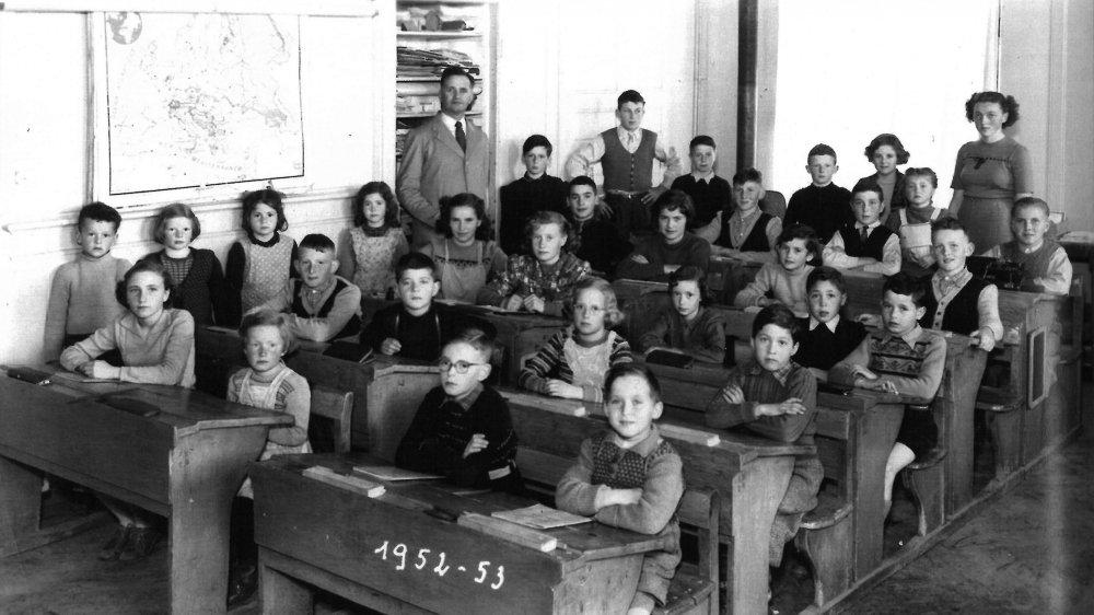Une photo de classe en 1952-53 à l'ancien collège des Bulles, à La Chaux-de-Fonds, avec le régent Jaquet