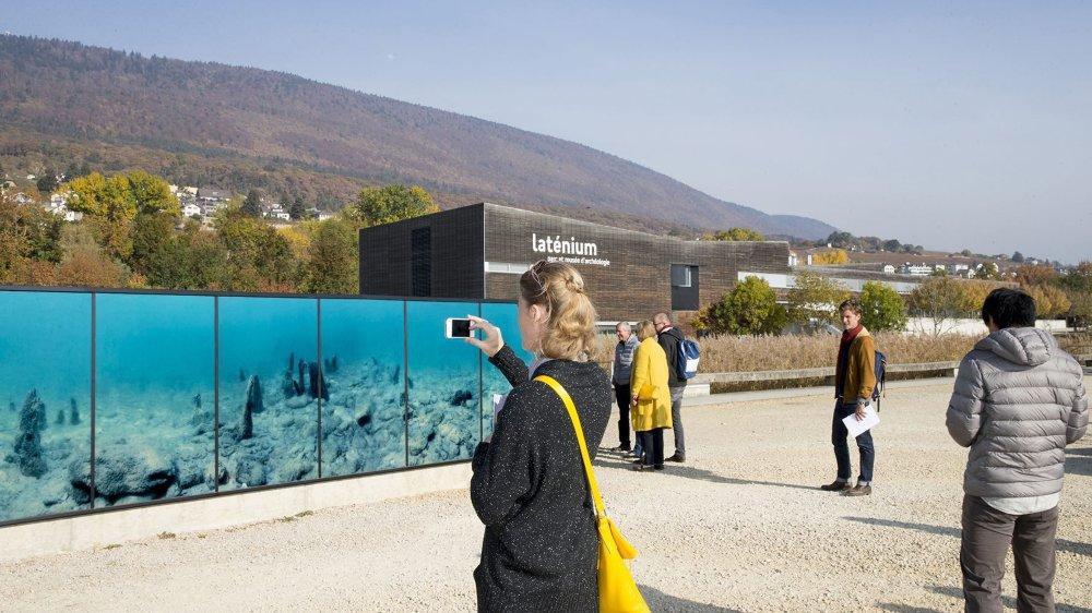 Inauguration d'une fresque photovoltaïque au Laténium.