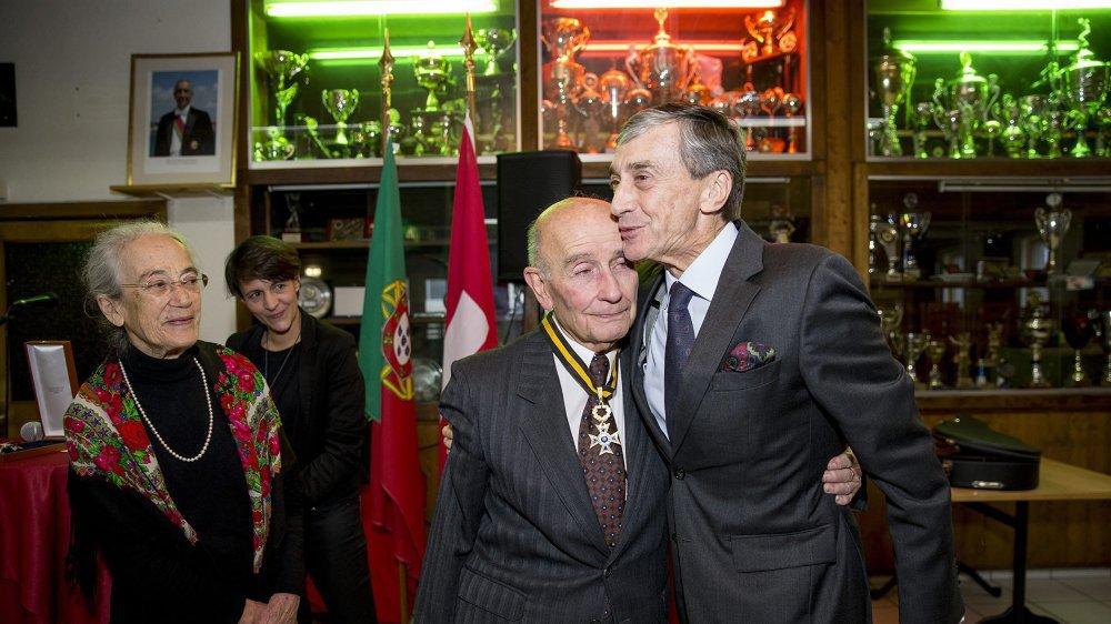 Quintino de Barros décoré de la médaille de l'Ordre du mérite par l'ambassadeur du Portugal. © Muriel Antille