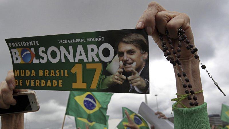 Les deux derniers sondages publiés samedi soir créditent le favori Jair Bolsonaro, du Parti social libéral (PSL), de 54 et 55 % des intentions de vote.