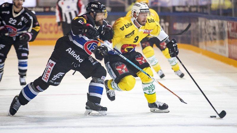 Marc Abplanalp, à gauche, lutte pour le puck avec le joueur bernois Jan Mursak à droite, lors de la rencontre du championnat suisse de hockey sur glace de National League entre le HC Fribourg-Gotteron et le HC Berne.