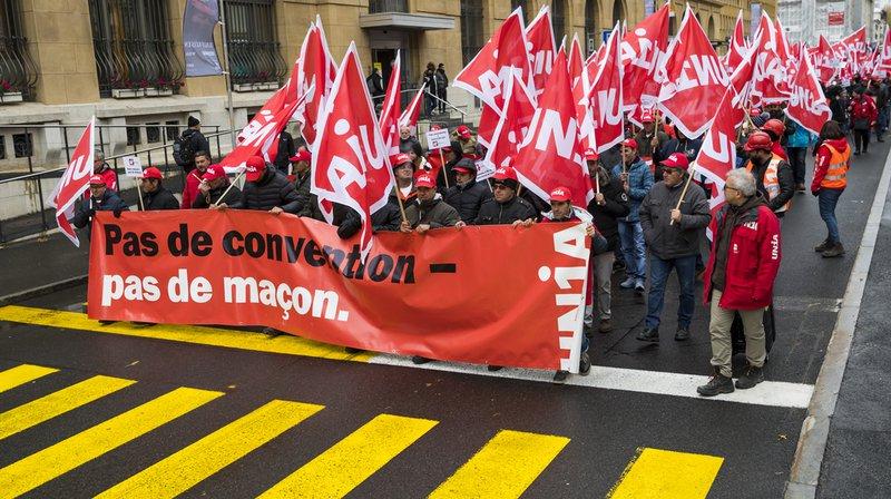 Selon les chiffres du syndicat Unia, environ 600 maçons de l'Arc jurassien ont manifesté dans les rues de La Chaux-de-Fonds ce mardi après-midi.