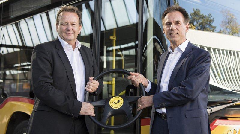 Le nouveau directeur de CarPostal, Christian Plüss (à droite), reprend le flambeau des main de Thomas Baur, directeur ad interim.
