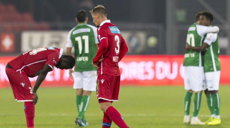 Les défenseurs valaisans Birama Ndoye (à gauche) et Andre Neitzke montrent leur déception à la fin de la rencontre face à Saint-Gall au stade de Tourbillon.