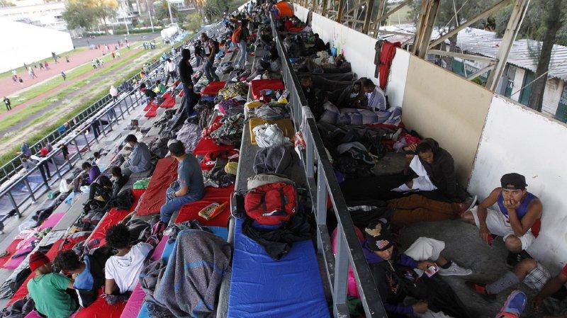 Pendant leur séjour dans le stade aménagé, les migrants reçoivent des vivres, des soins médicaux, des produits d'hygiène et des vêtements.
