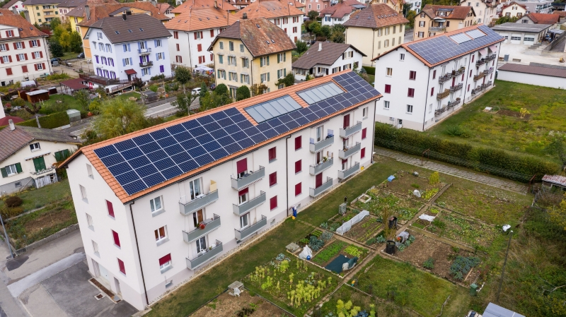Un immeuble locatif neuchâtelois devenu une centrale solaire grâce aux panneaux photovoltaïques qui recouvrent le toit.