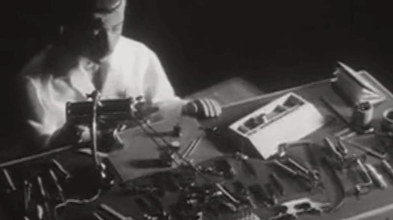 Le 23 novembre 1962, l'émission Carrefour de la RTS (la télévision suisse romande à l'époque) présentait l'atelier horloger que Fritz Ducommun avait mis huit ans à fabriquer.