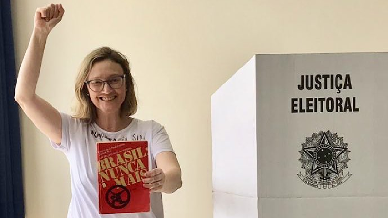 """La députée du PT, Maria do Rosario, s'est affichée en train de voter avec un livre intitulé """"Brésil, plus jamais"""", sur les années de la dictature militaire (1964-1985)."""