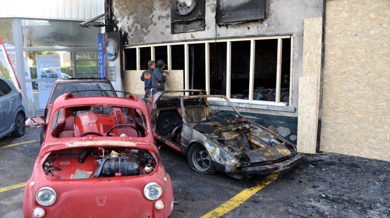 Plusieurs voitures ont été détruites dans l'incendie de jeudi, à Môtiers.