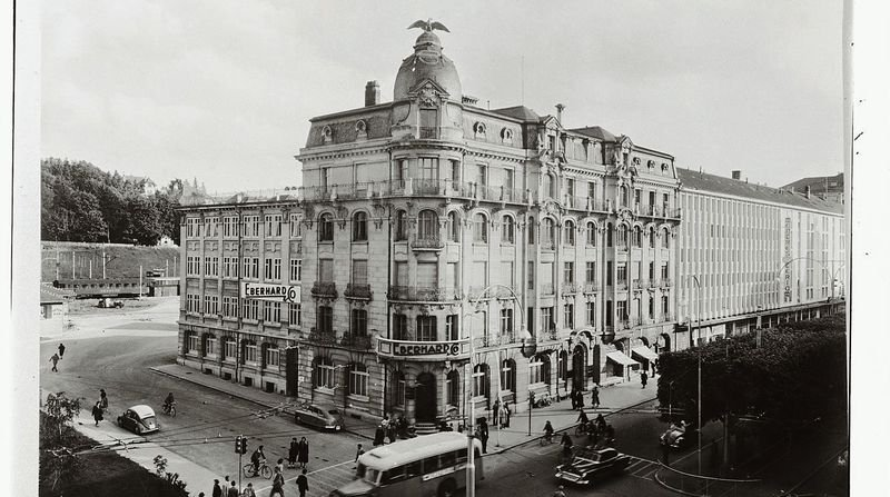 La Maison de l'Aigle, sur l'avenue Léopold-Robert, a été inaugurée en 1907 par la marque horlogère Eberhard & Co.