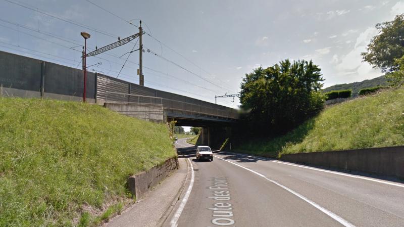 La passerelle longe l'actuel pont CFF au-dessus de la route cantonale Cornaux-Saint-Blaise.