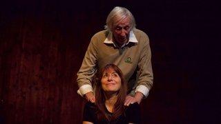 Un père et sa fille cherchent l'issue de secours du théâtre ABC, à La Chaux-de-Fonds
