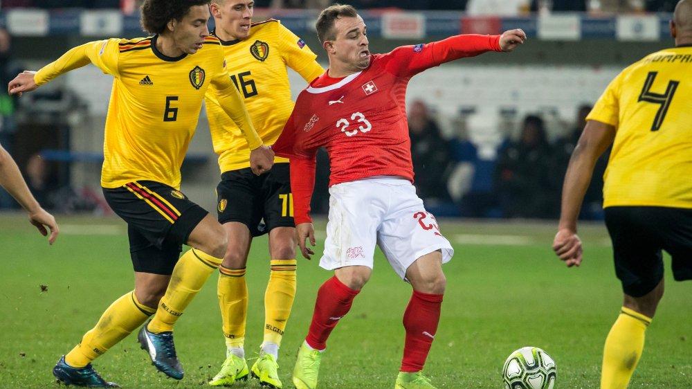 Trois Belges n'étaient pas de trop pour essayer d'arrêter Xherdan Shaqiri, dimanche à Lucerne.