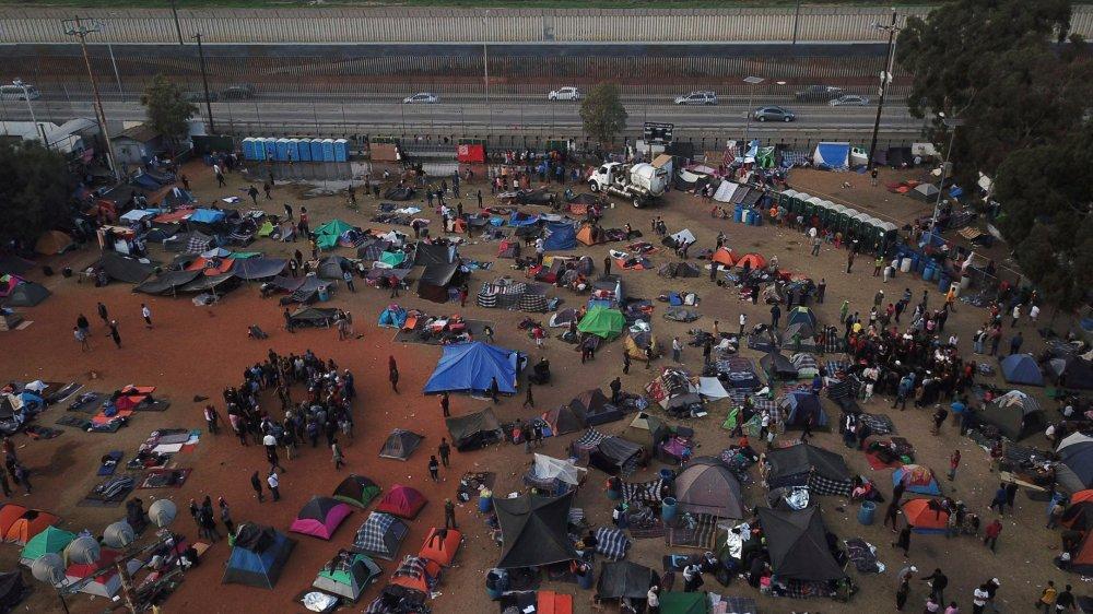 Le camp des migrants est installé juste devant la barrière séparant le Mexique des Etats-Unis.