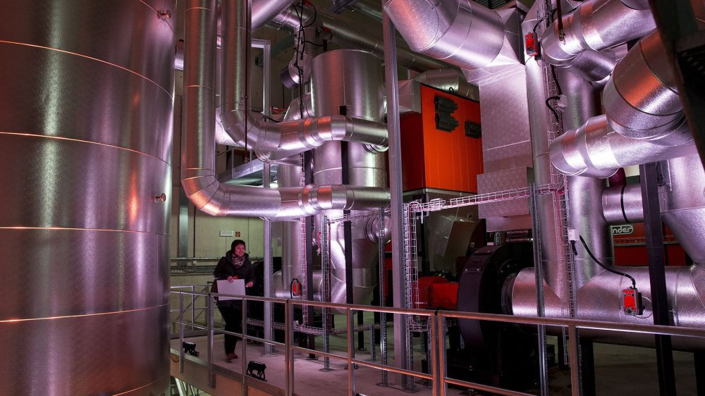 A gauche, l'un des deux cubes stockant 40'000 litres d'eau chaude.