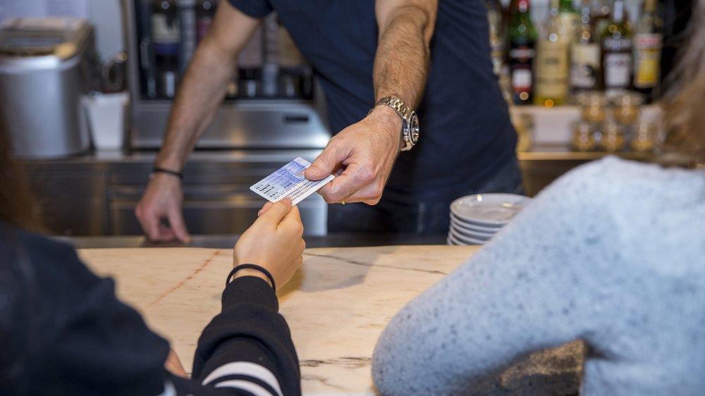 Dans un café de Neuchâtel, Julie, 14 ans, commande une bière. Le patron lui demande sa carte d'identité et refuse de lui servir de l'alcool.