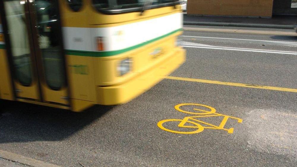 A Neuchâtel, depuis 2007, les cyclistes peuvent emprunter les voies de bus pour circuler.