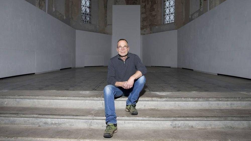 Eric Rihs, président de l'association culturelle La Nef, à l'intérieur de l'ancienne église du Noirmont.