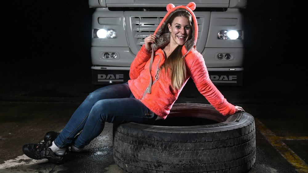 Chrystelle Schafroth s'amuse de la touche féminine qu'elle apporte à la profession de routier. «Ma cabine est pink.»
