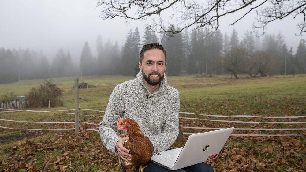 """Le créateur de la plateforme de financement participatif """"Yes We Farm"""", Nicolas Oppliger, devant la ferme de ses parents à la Combe-Boudry."""