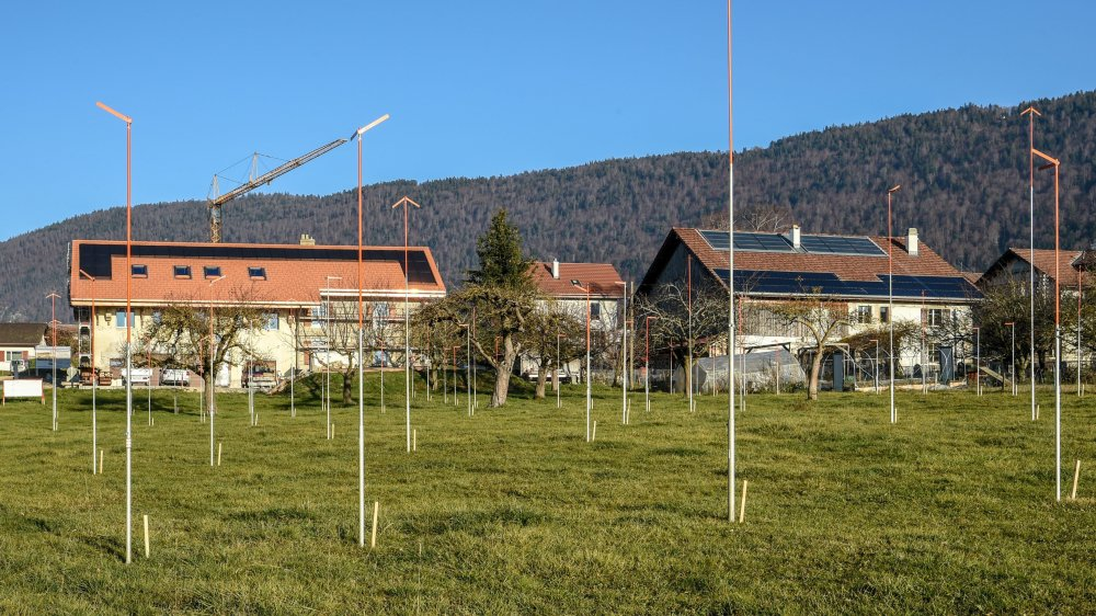 Les gabarits pour cette résidence destinée au troisième âge ont été posés au lieu-dit le Verger-Vuillomenet, au bout de la rue des Corbes, à Savagnier.