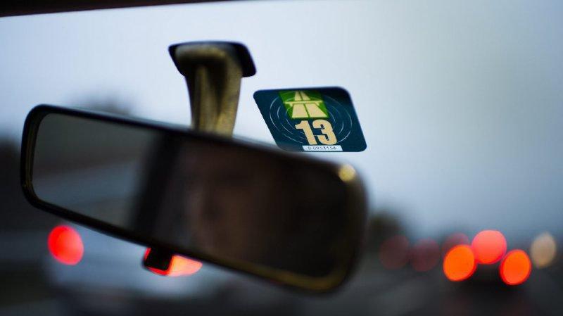 Autoroutes: les Suisses pourront choisir entre la vignette autocollante ou électronique