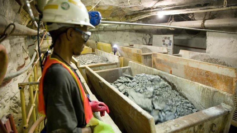 Le travail dans les mines est pénible et dangereux. Certaines multinationales accordent peu d'intérêt à la sécurité des ouvriers ou même à leur âge.