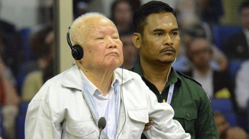 """Khieu Samphan, à gauche, avait déjà été condamné à la perpétuité en 2014 pour """"crimes contre l'humanité"""" (archives)."""