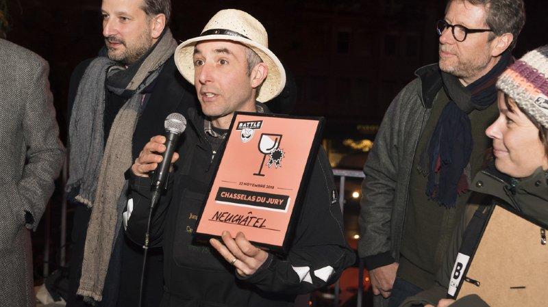 """Christian Fellmann et Jean-Marc Jungo ont reçu le premier prix """"Chasselas"""" du jury, des mains du Syndic de Lausanne Grégoire Junod."""