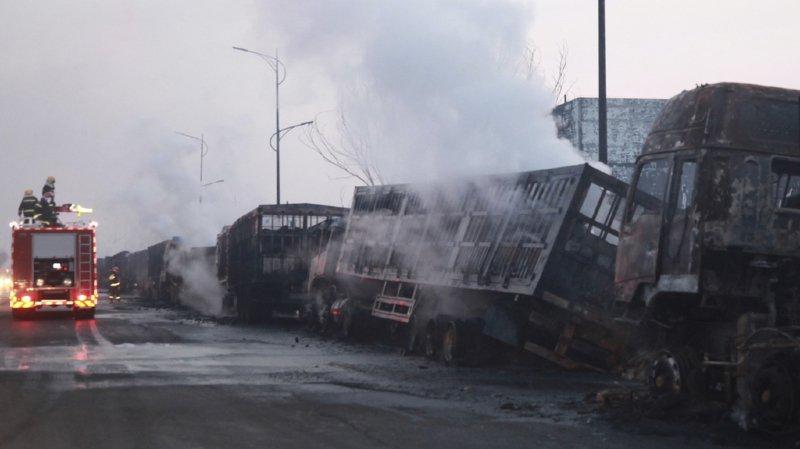 Les feux ont détruit une cinquantaine de camions.