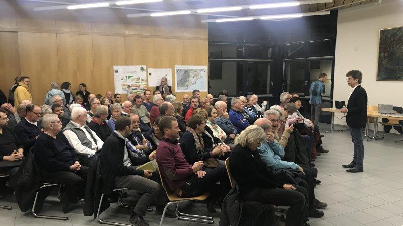 Le président du Conseil communal, François Del Rio, devant une salle comble, mercredi soir à Bevaix.
