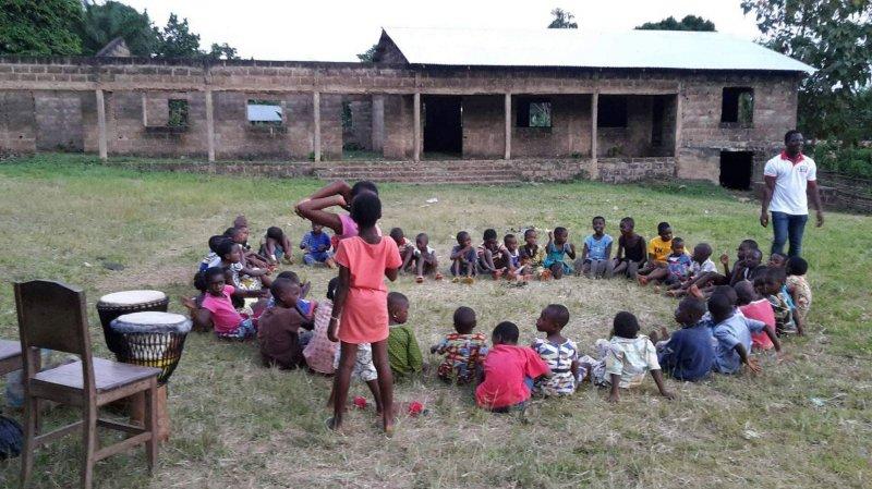 Les dons permettent de financer les travaux d'une bibliothèque et d'un centre de loisirs à Agomé Yo, un petit village au Togo.