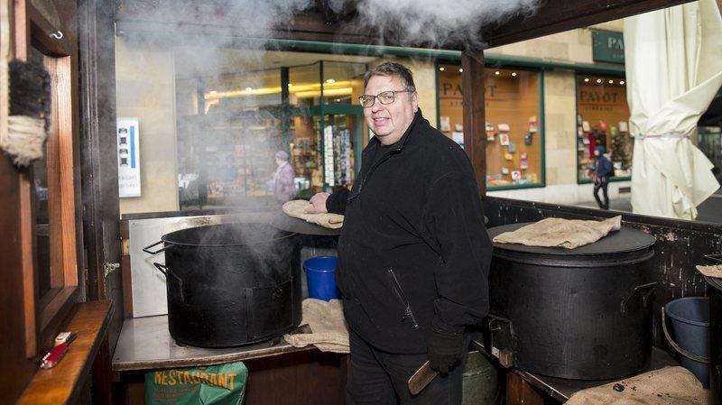 Roland Eppner fête les 60 ans de son commerce de marrons, à la place Pury de Neuchâtel.