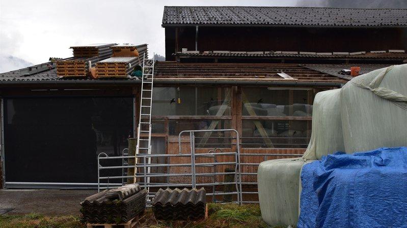 L'homme installait un fil à plomb sur le toit partiellement découvert quand il a chuté.