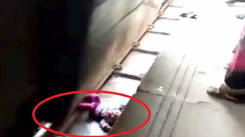 La fillette était coincée sur le dos, couchée le long de la voie. Le train est passé au-dessus d'elle sans la toucher.