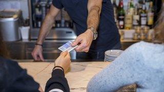 Des enfants de 13 à 15 ans effectuent des achats test d'alcool en ville de Neuchâtel