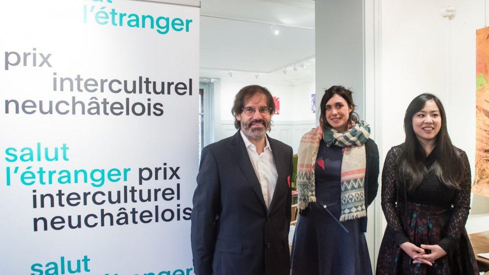 Les représentants du Jardin botanique, Blaise Mulhauser et Elodie Gaille (à gauche), ainsi que la pianiste Hyun-Jung Lim, ont reçu ce jeudi le prix interculturel neuchâtelois Salut l'étranger.