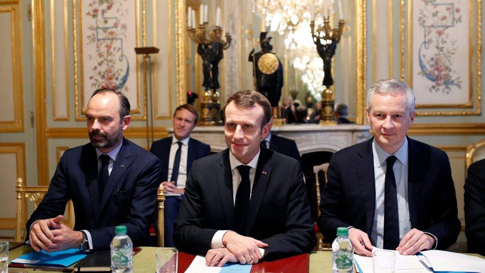 Emmanuel Macron, au centre, avec, à sa gauche, son premier ministre, Edouard Philippe et, à droite, le ministre des Finances Bruno Le Maire.
