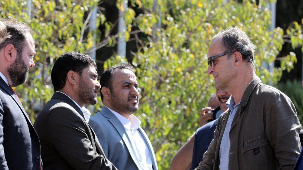 Patrick Cammaert (à droite), chef des observateurs de l'ONU  au Yémen, a rencontré des représentants des rebelles.